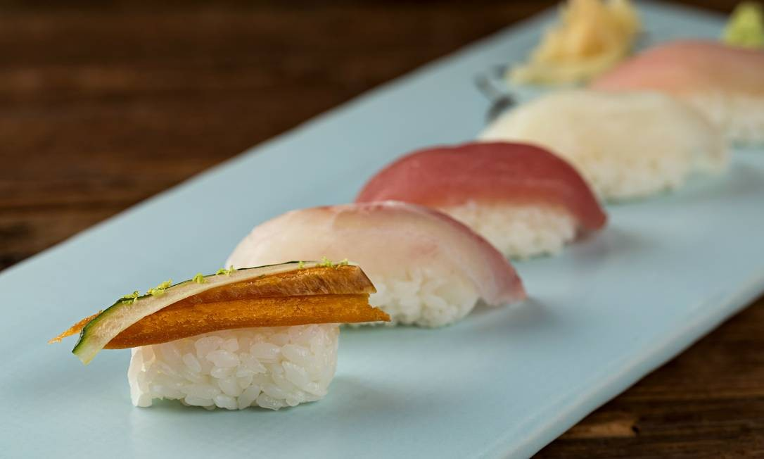Azumi. Set de sushis especiais podem ser servidos com cinco unidades (quatro peixes e uma ova a R$ 65) Foto: Divulgação/Rodrigo Azevedo