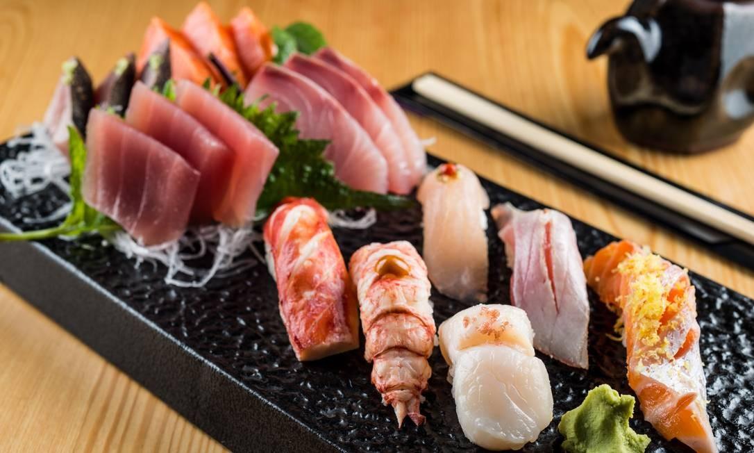 Naga. A casa oferece quase 40 opções de duplas de sushis, que variam dos clássicos atum (R$ 21), barriga de salmão (R$ 27) e camarão (R$ 35), até outros mais inusitados como os de centolla (R$ 49), foie gras (R$ 45), vieira (R$ 45), bijupirá (R$ 18) e arenque marinado (R$ 22) Foto: Divulgação/Tomás Rangel