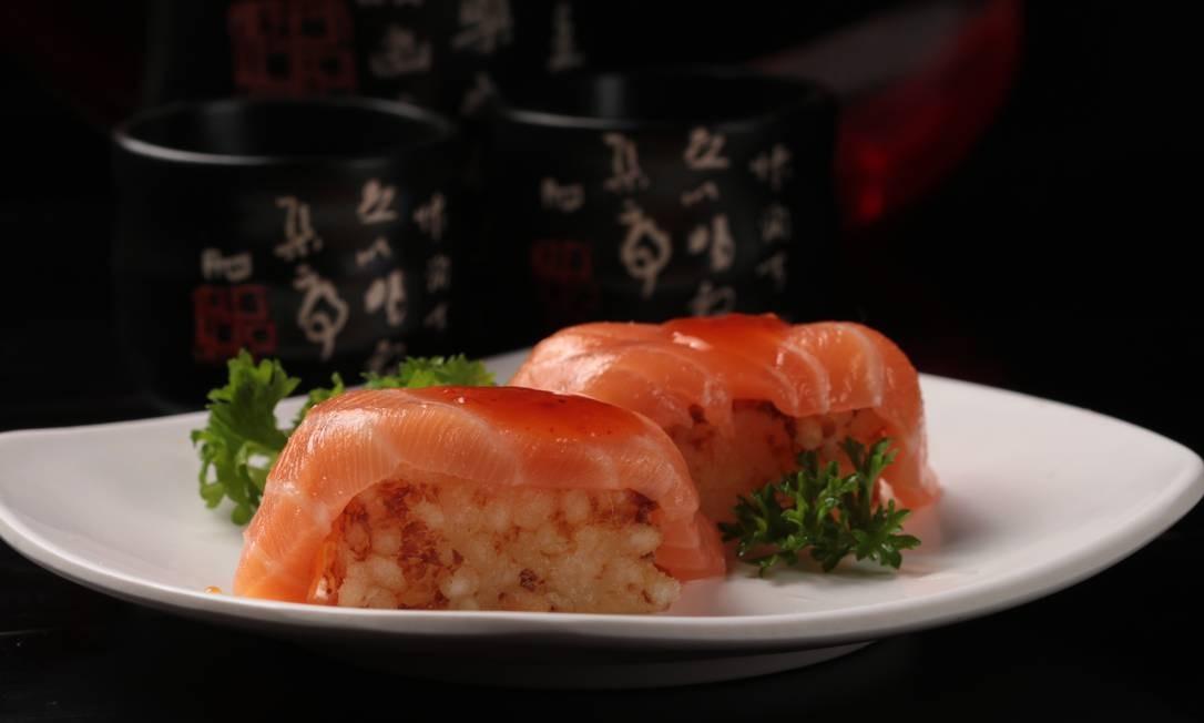 Sushi Akyrio. O Niguiri de salmão com tapioca é uma nova versão do tradicional sushi, que vem com bolinho de tapioca no lugar do arroz japonês (R$ 39) Foto: Divulgação/Rodrigo Galvão