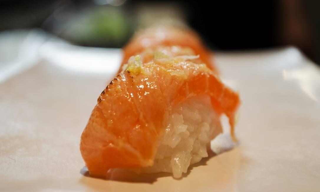 Sushimar. Sushide salmão no maçarico com azeite de trufa, flor de sal e limão-siciliano Foto: Divulgação/Toninho Castro