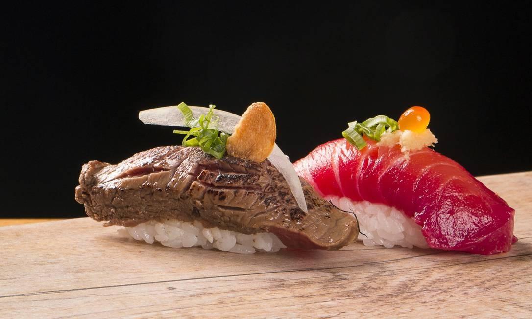 Mitsuo Japinha. O Niguiri Glavlax, versão do tradicional sushi do restaurante, é par um niguiri de salmão marinado em beterraba e curtido em especiarias (R$ 18,06); e Niguiri Filé-mignon (no lugar do tradicional peixe) Foto: Divulgação/Rodrigo Galvão