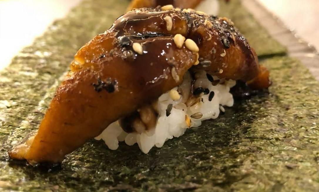 Tokkuri. A sugestão para a data é o sushi de enguia (R$ 18, a unidade) Foto: Divulgação/Nathan Diniz