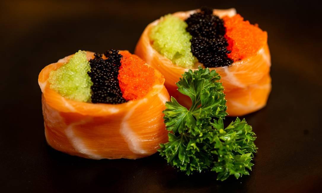 Buddario Sushi Bar: salmão envolto com arroz e tres tipos de ova , a R$ 10,90, a dupla Foto: Divulgação/Alex Ferro