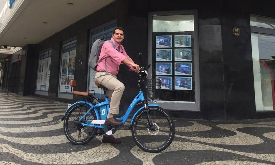 De bike. Bruno Serpa Pinto, presidente da Ademi Niterói: pessoas querem mobilidade, e não mais metro quadrado Foto: Divulgação