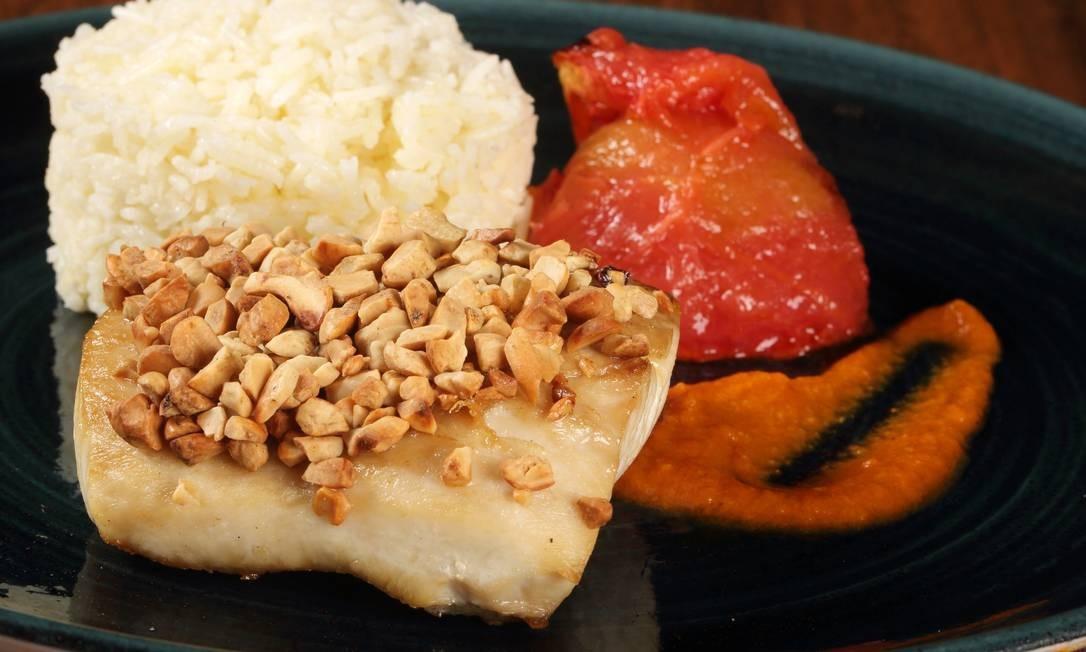 BS Bistrô: O bistrô, que funciona dentro da Casa de Arte e Cultura Julieta de Serpa, está com novidades no almoço executivo (de terça a sexta, das 11h30m às 15h30m), que pode ser degustado de três formas: entrada + principal (R$ 55); principal + sobremesa (R$ 55); ou entrada + principal + sobremesa (R$ 70). Uma das opções é o filé de dourado em crosta de castanha de caju, arroz de jasmim, tomate assado ao molho de chorizo Foto: Divulgação/José Renato Antunes