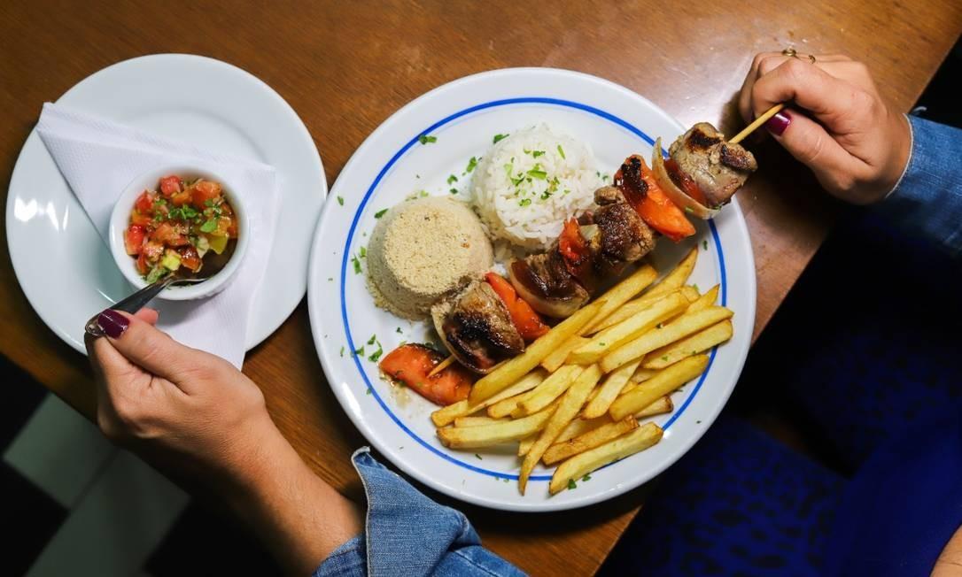 Restaurante Salete. Às quartas, o prato é o espetinho do miolo de alcatra à campanha, servido com arroz, farofa e fritas (R$ 25) Foto: Divulgação/Evelen Gouvêa