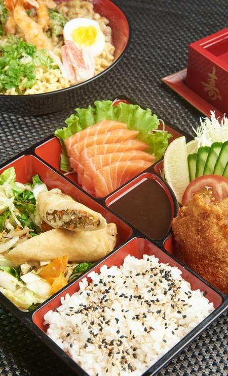 Hachidroi. O chef Nao Hara oferece o Obento, uma marmita japonesa com arroz japonês, legumes salteados, 5 sashimis de salmão, frango empanado, salada oriental e rolinho primavera (R$ 30) Foto: Divulgação/Selmy Yassuda