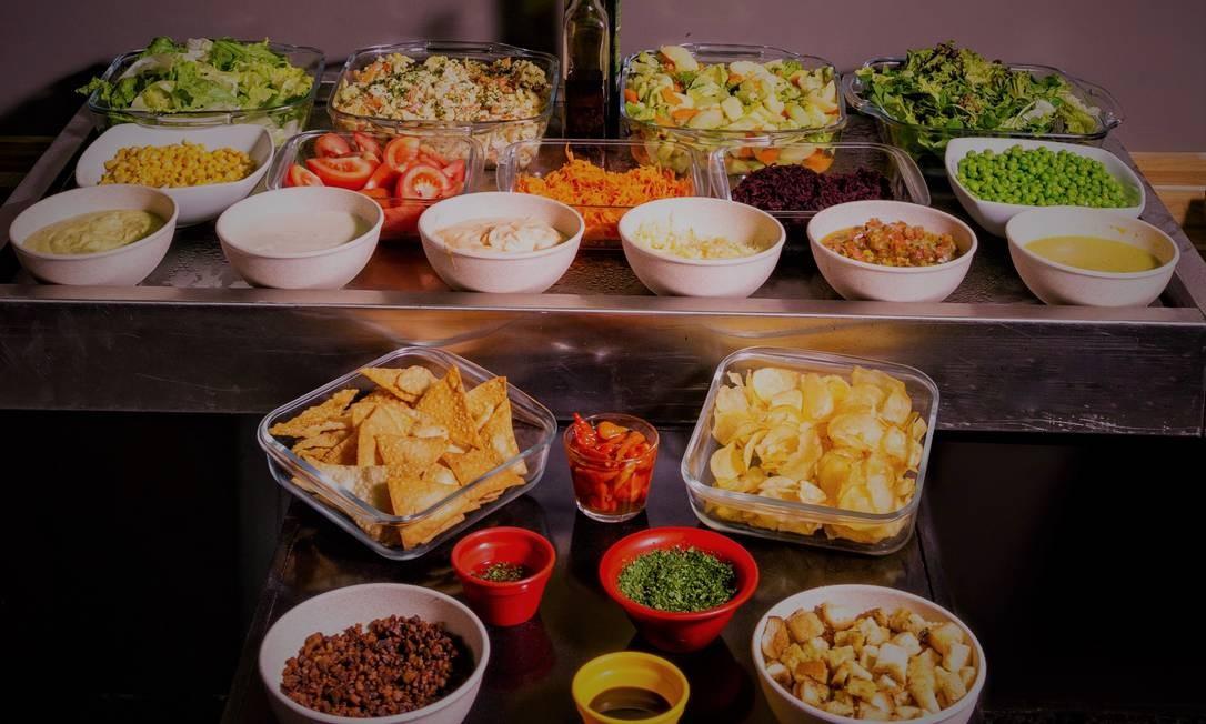 Botero & Tango. Estação de saladas (R$22,90). Entre as opções para montar a sugestão; folhas, verduras frescas, salada de legumes, penne com pesto, croutons de bacon e de pão temperado e molhos Foto: Divulgação/Lipe Borges
