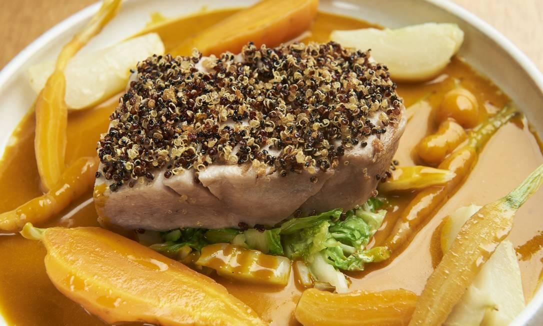 Peixe com cenoura do Itacoa. A quinoa crocante é um dos segredos Foto: Selmy Yassuda / Divulgação