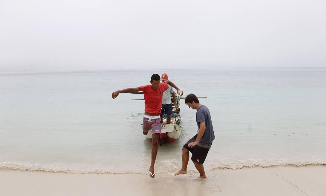 Pescadores fogem da chuva na Ilha do Farol Pedro Teixeira / Agência O Globo
