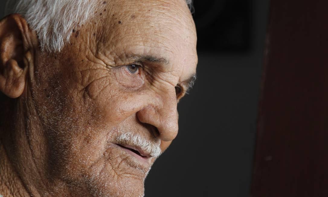 Seu Quinca Peró, de 89 anos, é um dos melhores olheiros da região: de longe ele identifica o tipo, o lugar e a quatidade de peixe do cardume Pedro Teixeira / Agência O Globo