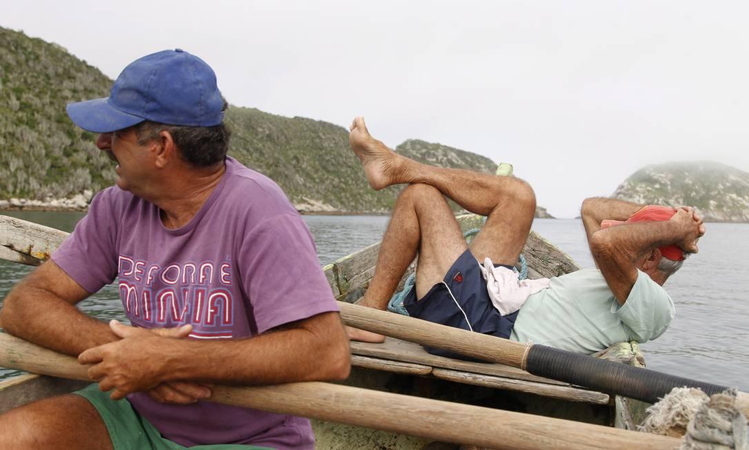 Horas de espera, por vezes em vão, fazem parte da rotina dos pescadores Pedro Teixeira / Agência O Globo