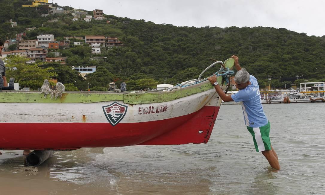 Amparado por toras de madeira, Quéco leva Edileia de volta para casa Pedro Teixeira / Agência O Globo