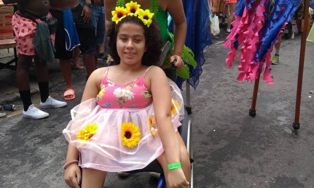 Bárbara Carneiro, de 13 anos, vai a bloco Vem Cá, Minha Flor com a amiga Clara Gavazza, de 19 Foto: Alice Cravo