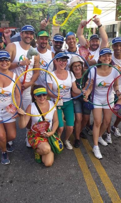 Grupo de amigos usa fantasia olímpica no Imprensa Que Eu Gamo, em Laranjeiras Cissa Loureiro