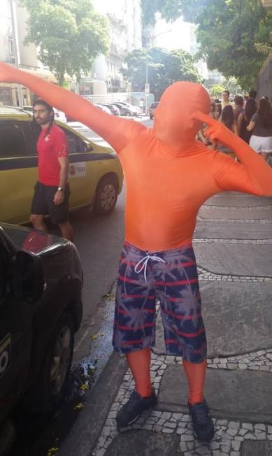 Thiago Faro, de 25 anos, se tapou todo, mesmo com o calor, para curtir o Imprensa Que Eu Gamo. Segundo ele, vale tudo para se divertir Cissa Loureiro