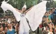 Mulher fantasiada anima o desfile na Quinta da Boa Vista: roupas bem elaboradas marcaram a festa do Meu Glorioso São Cristóvão