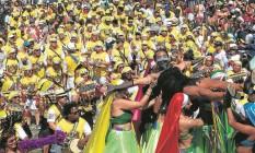 Em dia de forte calor, cerca de 10 mil foliões tomam as ladeiras de Santa Teresa durante o desfile do Bloco das Carmelitas em sua 26ª edição: recomendação de evitar o beijo durante a folia não desanimou os integrantes Foto: Marcelo Carnaval