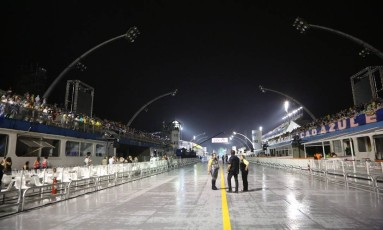 Minutos antes do início da primeira noite de desfiles, queda de energia, deixou parte do Sambódromo do Anhembi no escuro Foto: Marcos Alves / Agência O Globo