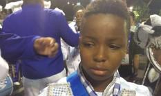 O menino Pedro Lucas, de 13 anos, traduz a tristeza na concentração da Caprichosos de Pilares Foto: Paulo Marqueiro
