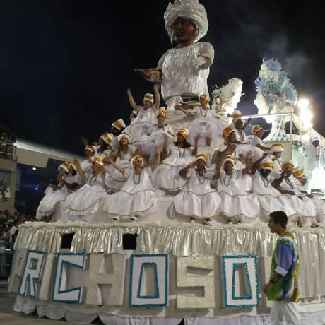 Carro da Caprichosos de Pilares no desfile de 2016 Foto: Elis Bartonelli / Agência O Globo