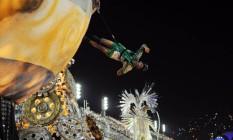 """Com o enredo """"Corra que o futuro vem aí"""", Vila Isabel apresenta carro alegórico com acrobatas circenses Foto: Lucas Tavares / Agência O Globo"""