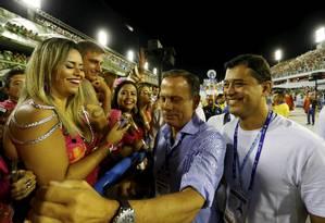 Prefeito de São Paulo, João Doria, é recepcionado pelo público enquanto anda pela Marquês de Sapucaí acompanhado por Índio da Costa Foto: Pablo Jacob / Agência O Globo