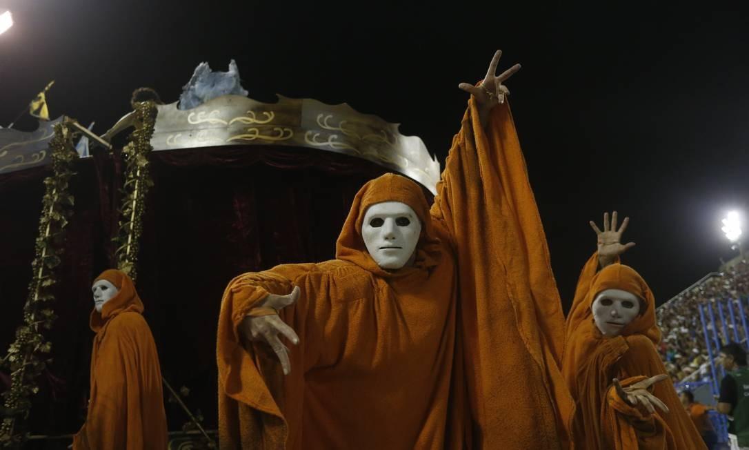 Comissão de frente da escola da Tijuca homenageou o teatro, forma de arte considerada sagrada por Falabella Domingos Peixoto / Agência O Globo