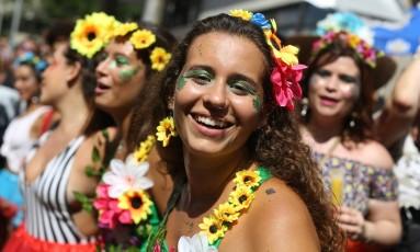 Glitter verde e muitas flores coloridas foram itens quase que obrigatórios nas fantasias do bloco Foto: Marcia Foletto / O Globo