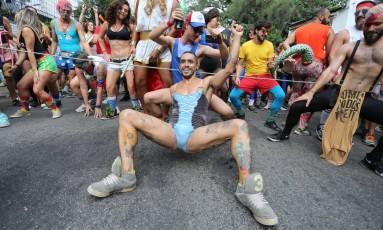 No meio do bloco, os foliões param a dança para fazer agachamentos, simulando exercícios das academias. Tudo uma grande brincadeira Foto: Marcia Foletto / O Globo