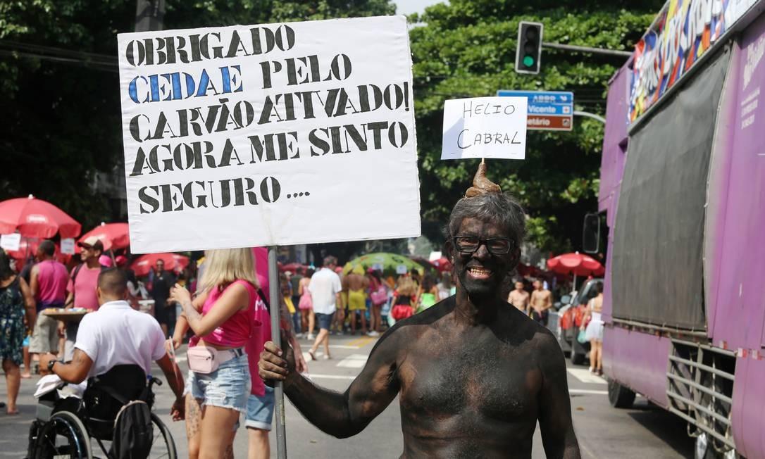 Claudio Lagame , fantasiado de carvão ativado no Suvaco do Cristo Foto: Fabiano Rocha / Agência O Globo