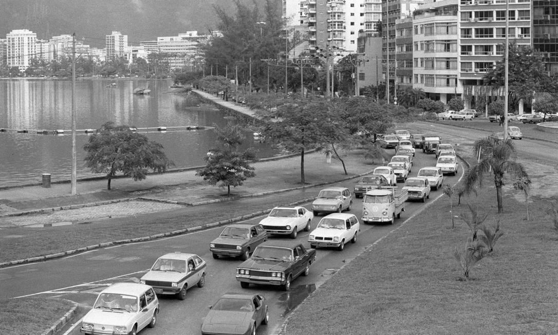 Lagoa Rodrigo de Freitas, também chamada de complexo lagunar, com trânsito engarrafado em 1983 Lucio Marreiro / Agência O Globo