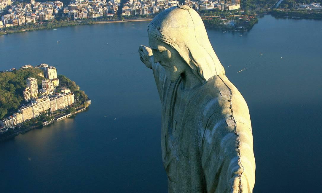 Em 2007 o Cristo Redentor e as eleições para as novas sete maravilhas mundias. A Lagoa ao fundo Ivo Gonzalez / Agência O Globo