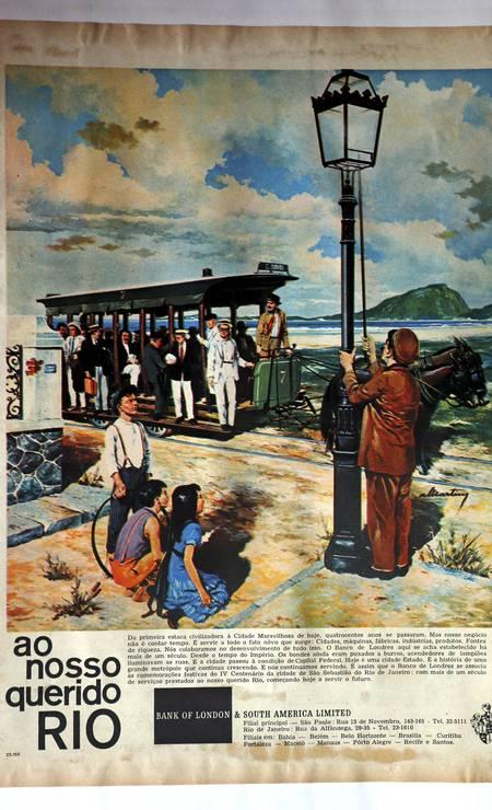 Além de objetos e peças antigas, o colecionador Carlos dos Santos guarda matérias históricas de 1965 Foto: Cezar Loureiro / Agência O Globo