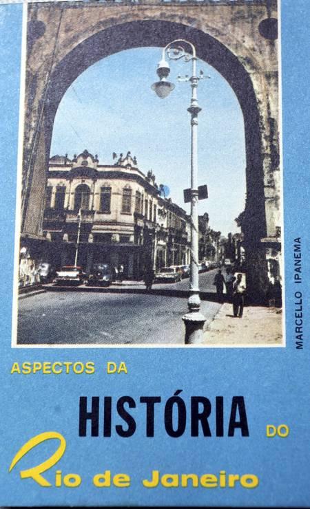 Livro de bolso foi distribuido em 1965 nos Arcos da Lapa, no Centro, para comemorar os 400 anos do Rio Foto: Cezar Loureiro / Agência O Globo