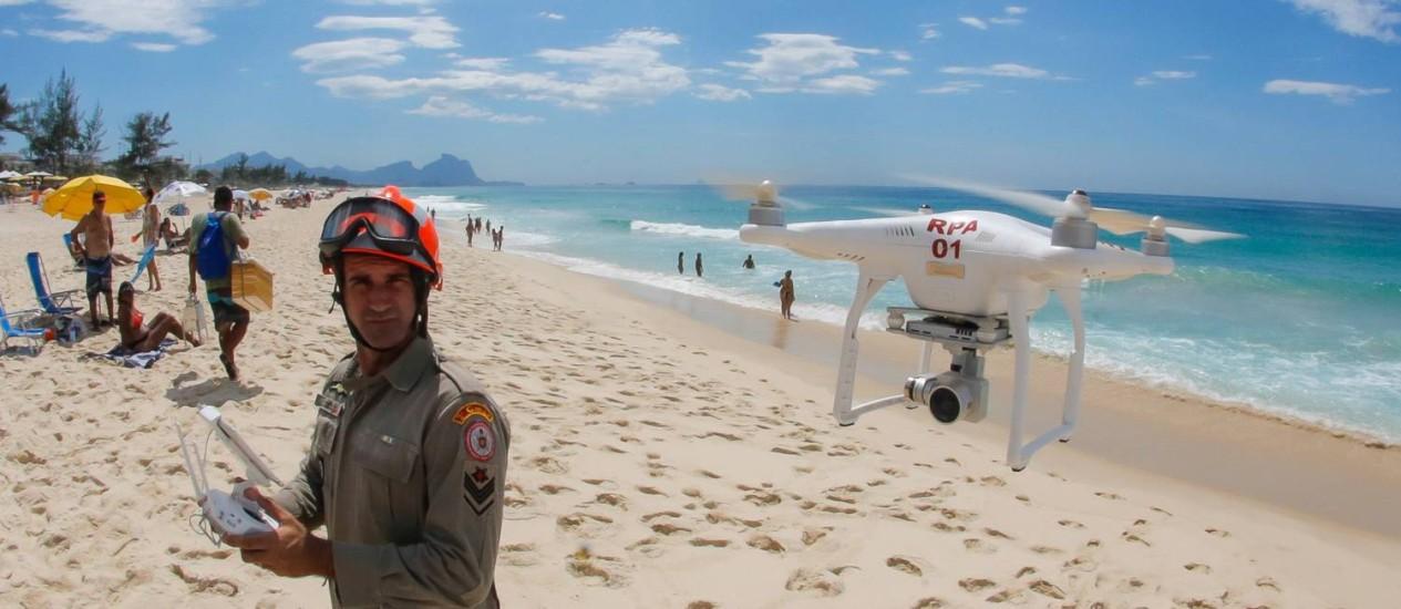 Corpo de Bombeiros usam drone para auxiliar salvamento na orla no Rio Foto: Marcelo Regua / Agência O Globo