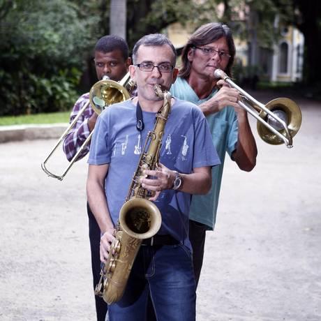 Orquestra Atlântica: Marcelo Martins, Aldivas Ayres e Wanderson Cunha no Campo de São Bento Foto: Luiz Ackermann / Agência O Globo