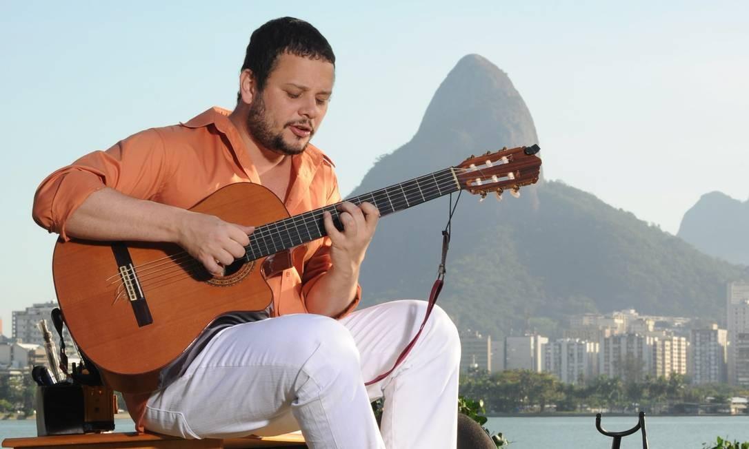 Às 22h, no Baródromo (2504-5754), na Lapa, o cantor, compositor e violonista Moyseis Marques toca sambas próprios e clássicos do gênero. R$ 25. Não recomendado para menores de 18 anos. Foto: Agência O Globo