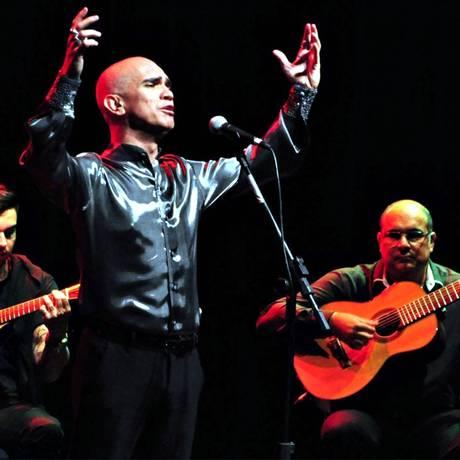 Show. Cantor divide o palco com fadistas e faz homenagens e releituras de sucessos consagrados Foto: Jerônimo Gomes / Divulgação