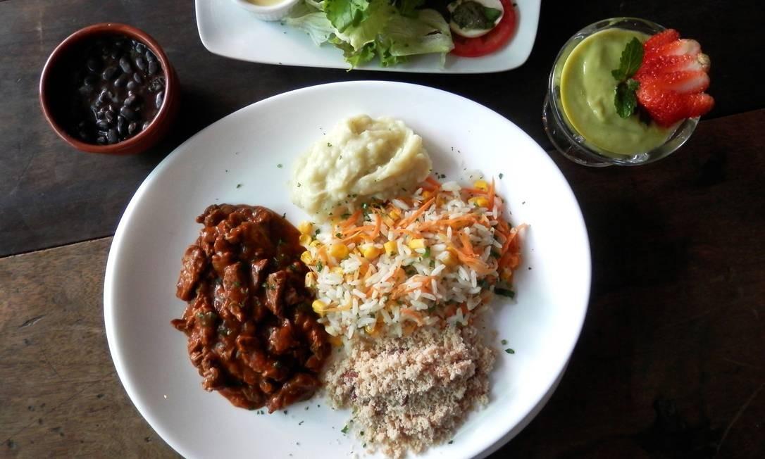 Santa Satisfação. No bistrô do Leblon sábado é dia de picadinho e na filial de Copacabana não tem dia certo, o prato entra como prato surpresa durante a semana. O da chef Carol Caldas é com feijão manteiga, farofa de couve, ovo pochê, arroz e banana assada na casca (R$55). Rua Santa Clara 36, Copacabana (2255-9349). Av. Ataulfo de Paiva 1.335-A, Leblon (2529-2063). Foto: Divulgação