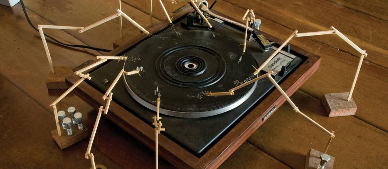 'Dueto de radiolas', da dupla O Grivo, remete a uma obra de John Cage Foto: Divulgação