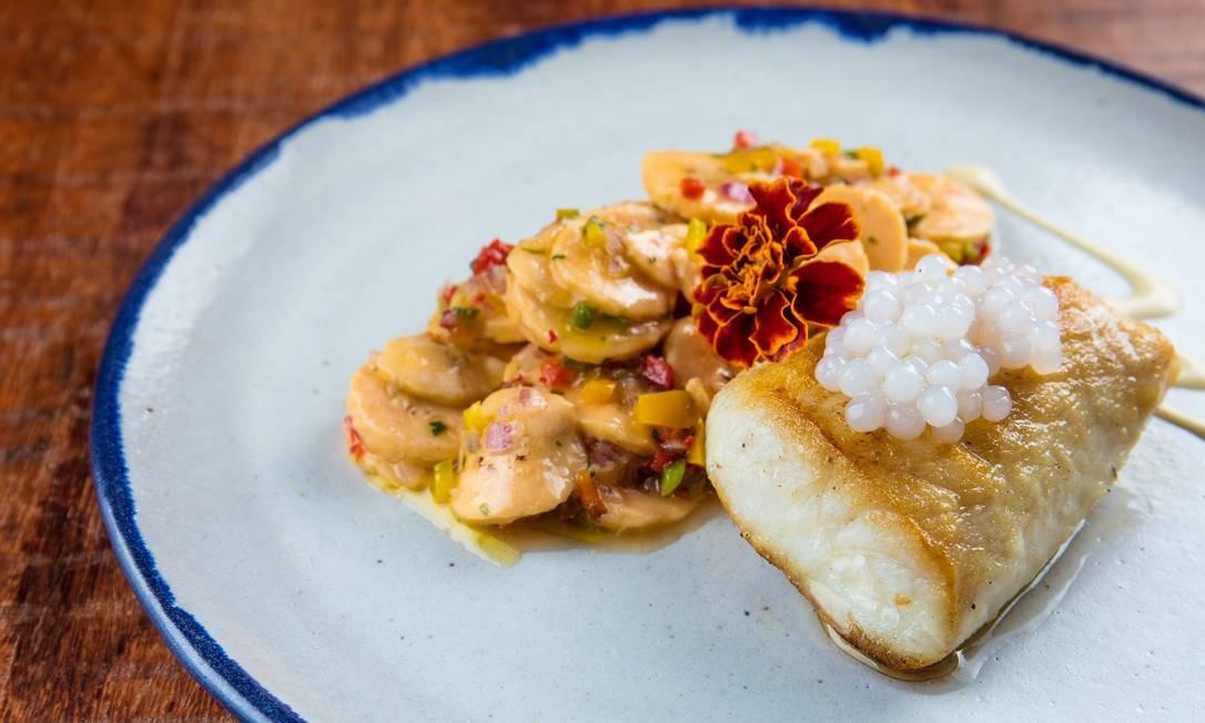 Porto Frescatto. O destaque da boutique de peixes, recém-inaugurada na Barra, é o prato principal do peixe do dia, grelhado com sagu de cachaça e ceviche de banana da terra (R$ 46). Para brindar, o drinque Cachaça Collins, com cachaça, xarope de tangerina e chá de flor de hibisco (R$ 24). Av. Olegário Maciel 366, Barra (2486-4722). Seg a sáb, das 9h à meia-noite. Dom, das 10h às 18h. Foto: Divulgação / Tomas Rangel / Divulgação / Tomas Rangel