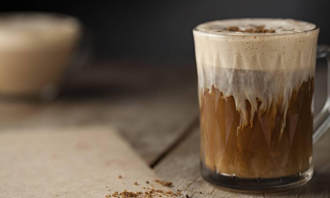 """Sobe. Para fechar a conta, o African Coffee faz as honras de """"saideira"""". A bebida quente vem com cachaça Leblon Merlet, café espresso, rapadura e espuma de Amarula (R$ 33,90). Rua Pacheco Leão 724, Jardim Botânico (3114-7691). Qui, sex e sáb, das 18h à 1h. Dom, ter e qua, das 18h às 23h30m. Foto: Divulgação / Rodrigo Azevedo / Divulgação / Rodrigo Azevedo"""