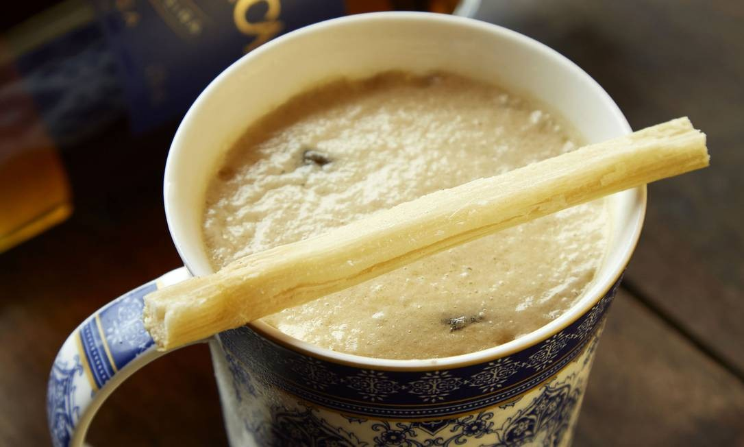 """Bar dos Descasados. Entrando na seara dos """"bons drinques"""", o 660 é uma das estrelas da carta da casa, feito com Cachaça Magnifíca, soleira, café, licor de café, grapefruit e espuma de melado de cana (R$ 34). Para celebrar a branquinha, hoje, a partir das 19h, cinco bartenders criarão receitas exclusivas com a cachaça magnífica na casa (R$ 15 cada). Hotel Santa Teresa Rio MGallery. Rua Felício dos Santos 15, Santa Teresa (3380-0265). Seg a dom, das 17h às 23h. Sex e sáb, das 17h à 1h. Foto: Divulgação / Divulgação"""