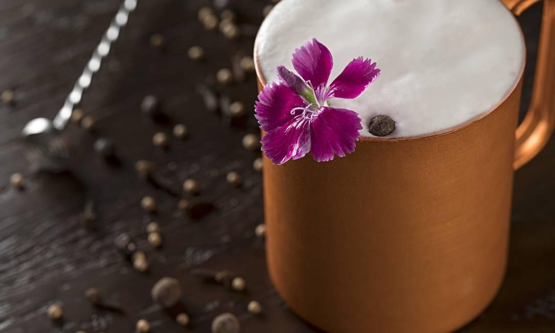 Quadrucci. Com um toque especial de espuma de gengibre, o Falernum Mule é preparado com vodca, xarope de especiarias e suco de limão Taiti (R$35). O charmoso drinque chega à mesa decorada com uma flor. Rua Dias Ferreira 233, Leblon (2512-4551). Diariamente, do meio-dia à 1h. Foto: Rodrigo Azevedo / Divulgação