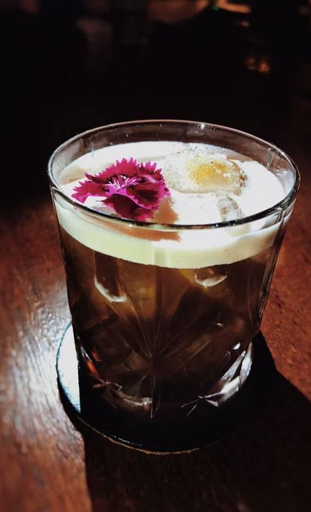 """Explorer Bar. Duas novidades da casa homenageiam também o Guns n Roses. O Hit """"Paradise City"""" (1987) dá nome ao drinque que leva Jack Daniel's, rum envelhecido, xarope de rosas e café (R$29). A casa aposta na criação inspirada no guitarrista da banda: o hamburguer Slash vem no pão de brioche, com 160g de blend de carne, cebola roxa caramelizada com whisky, cheddar, chilli, aioli de mostarda Dijon e limão siciliano, picles de pepino (R$31). Rua Almirante Alexandrino 399, Santa Teresa (3264-9665). Ter e qui, das 17h à meia-noite. Sex, das 17h à 1h. Sáb, das 14h à 1h. Dom, das 14h à meia-noite. Foto: Divulgação / Divulgação"""