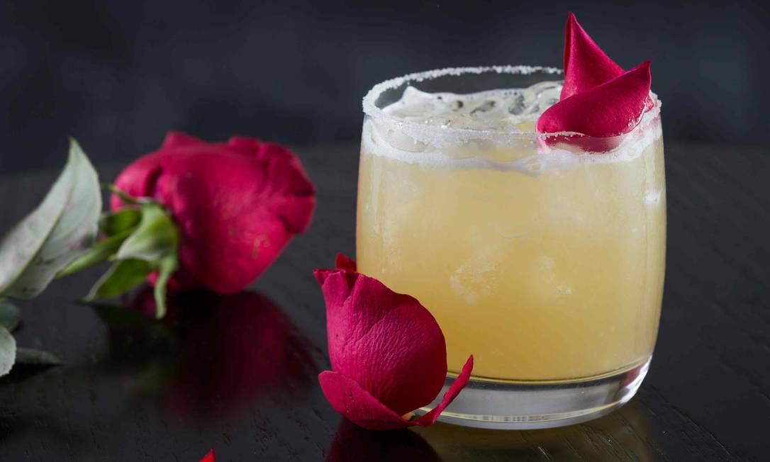 Laghetto Stilo Barra Rio. Um dos drinks mais tradicionais dos bares americanos, o Whiskey Sour, ganhou sua versão roqueira no Guns n' Roses (R$ 25), feito com whisky, suco de limão, açúcar e gema de ovo (foto). Outra opção é o drinque Marron Five, releitura do clássico Sex On The Beach, composto por Vodka, suco de pêssego, suco de laranja, Aperol e alecrim (R$ 32). Av. Lúcio Costa 5.650, Barra (3509-9000). Diariamente, do meio-dia às 23h. Foto: Divulgação / Eduardo Almeida / Divulgação / Eduardo Almeida