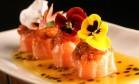 victoria_Roll de salmão com ovas de massago picantes ao vinagrete de maracujá e flores comestíveis_003.jpg Foto: Berg Silva / Divulgação