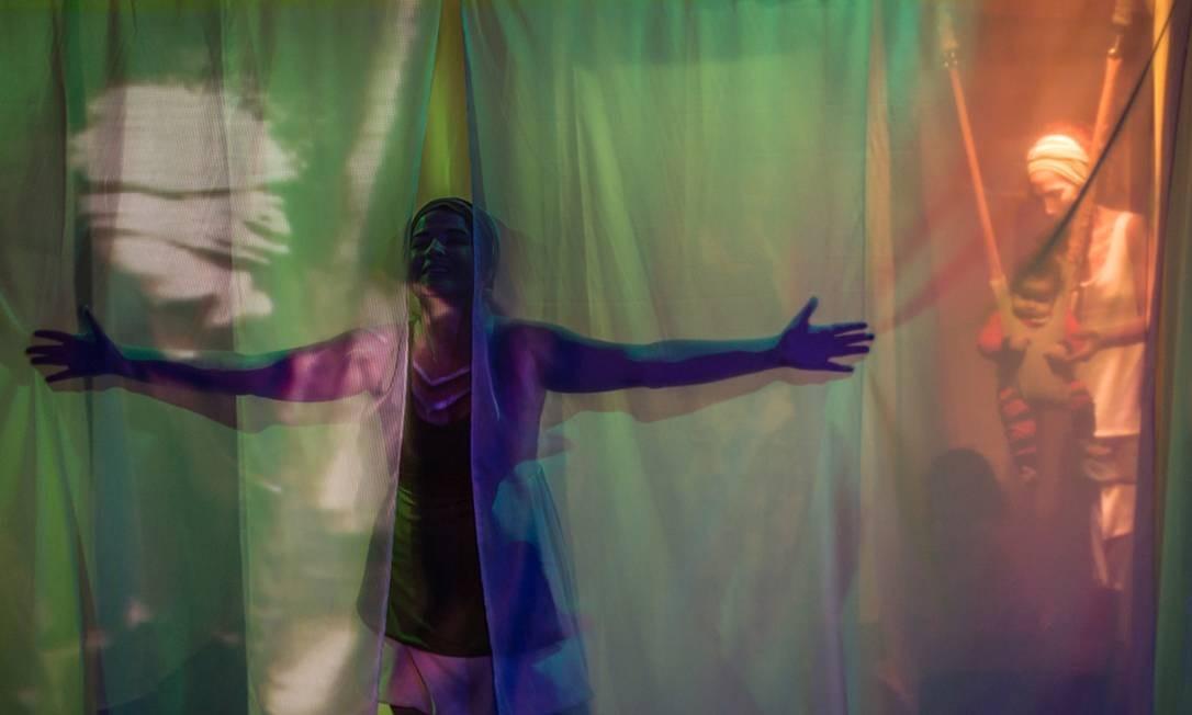 """""""A gruta da garganta"""". A produção da companhia de teatro hispano-brasileira La Casa Incierta é um canto poético sobre os laços afetivos entre os seres humanos. O espetáculo é voltado para a primeira infância e já percorreu países França, Espanha, Itália e diversas cidades brasileiras. Centro Cultural Banco do Brasil (CCBB). Rua Primeiro de Março 66, Centro - 3808-2049. Sáb e dom, às 16h e às 17h30m. R$20. Indicado para bebês a partir de 18 meses. Foto: Bruno Meyer / Divulgação"""