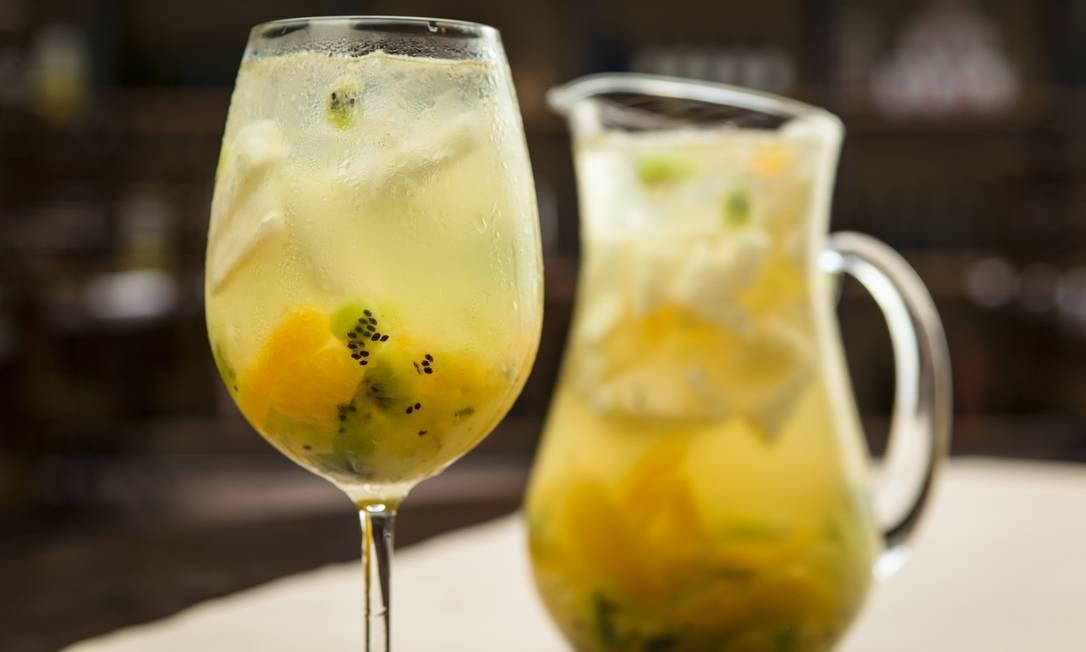 Bráz. A sangria Bianca foi criação do último verão e se tornou opção perene no cardápio. A bebida é uma combinação de vinho branco, com suco de uva, cointreau e frutas como laranja, abacaxi, kiwi e uva verde. É servida em taça (R$ 23) ou jarra de vidro (R$ 62). Rua Maria Angélica 129, Jardim Botânico (2535-0687). Dom a qui, das 18h30m à 00h30m. Sex, sáb e dom, das 18h30m às 1h30m. Foto: Felipe Gombossy / Divulgação